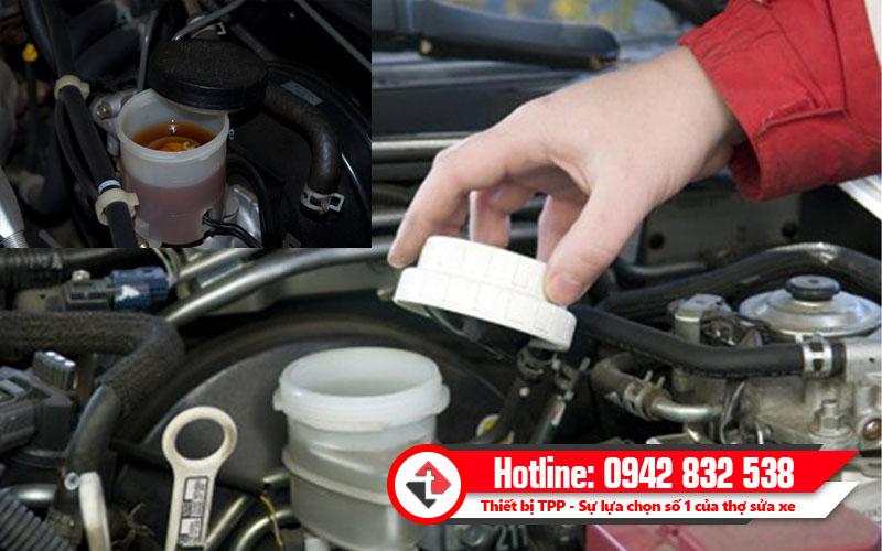 kiểm tra dầu phanh ô tô