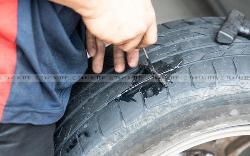 Phương pháp vá ngoài lốp ô tô (vá dùi)